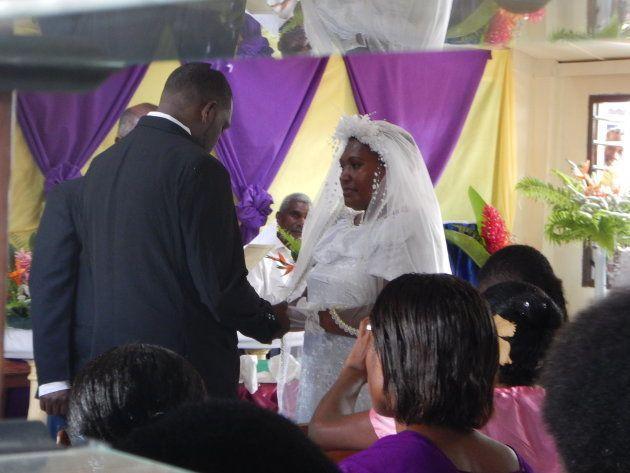 教会での挙式の様子。1日に複数のカップルが同時に結婚式をしていました。