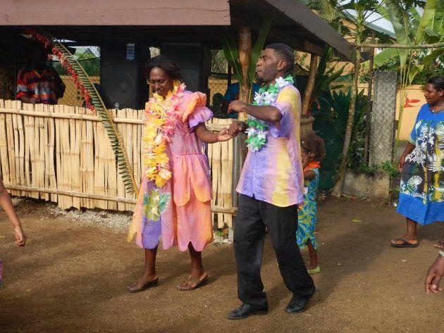 教会での式が終わるとひたすらダンスをする時間。新郎新婦も御揃いのアイランドシャツとドレスを着て参加します。