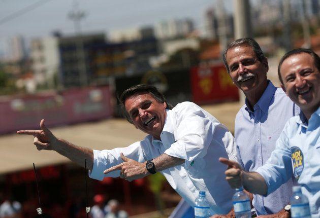 支持者の集会で笑顔を見せるボルソナーロ氏(左)=9月、ブラジリア近郊