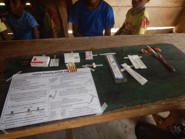 村での巡回診療の際に同僚が作成した教材。バヌアツで使用できる避妊薬を木の板に貼りつけて、実物を見せながら住民に説明します。