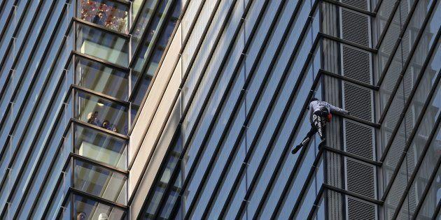 ビルをよじ登るフランスのスパイダーマン