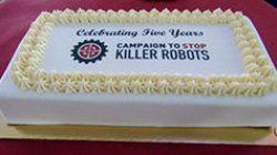 5周年を祝う言葉が書かれたクリームケーキ 可愛らしい