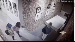 美術館で自撮り⇒展示台を倒す⇒ダリの絵が破損(動画)