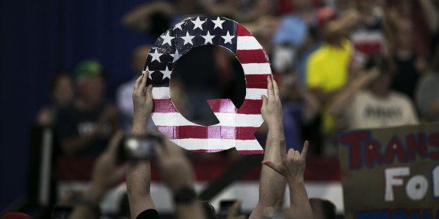 トランプ大統領の集会で掲げられた「Q」のプラカード=8月4日、アメリカ・オハイオ州