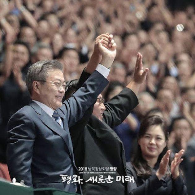 平壌の「5・1スタジアム」で観衆に応える文在寅大統領