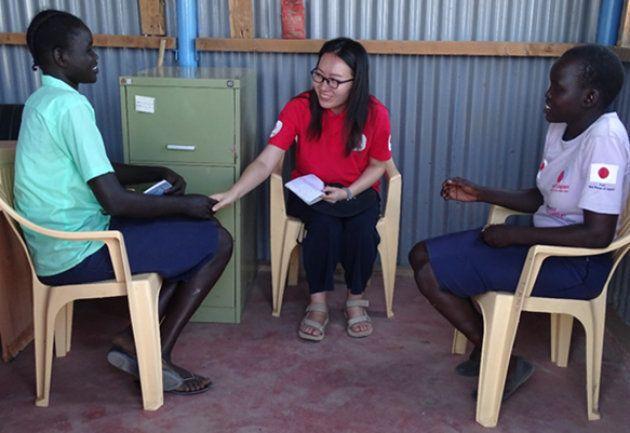 3人が椅子に腰をかけながら笑顔で話している