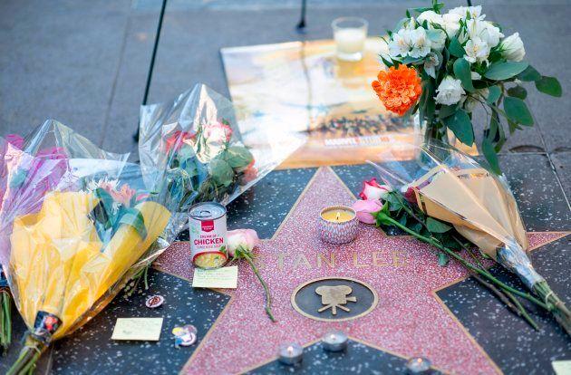 スタン・リーさんの名前が刻まれた「ハリウッド・ウォーク・オブ・フェーム」のプレートには、花が手向けられた。