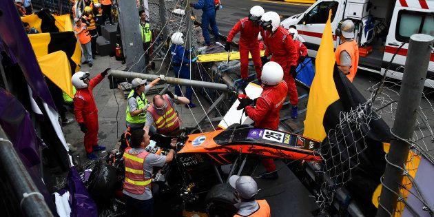 事故直後、ソフィア・フローシュ選手を救出するスタッフ