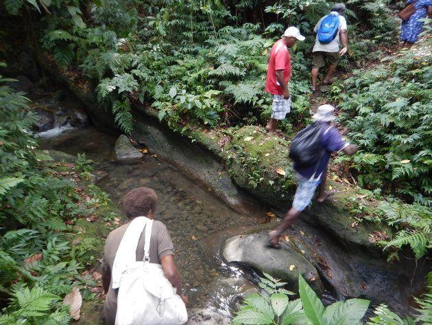 村にある診療所から隣のコミュニティに行くまでには徒歩30分。足場の悪い川や森の中を超えていくこともあります。