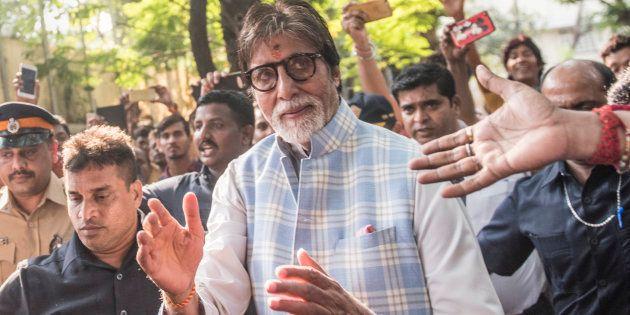 ファンに囲まれるバッチャンさん=10月11日、インド・ムンバイ