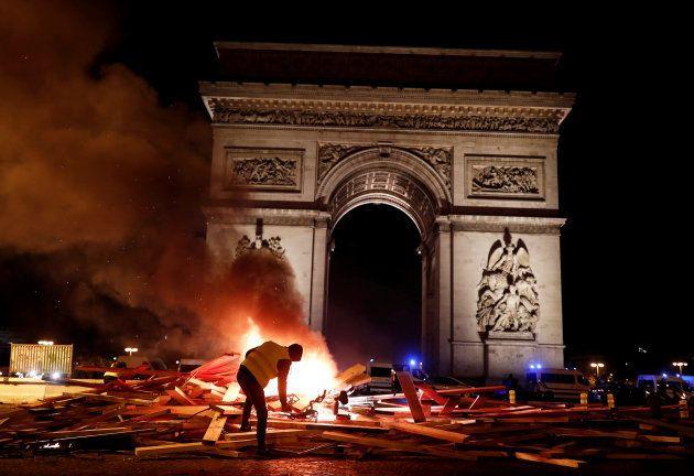 エトワール凱旋門の前で燃え上がるバリケード
