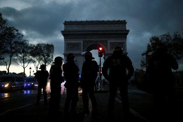 シャンゼリゼ通りに集まった治安部隊