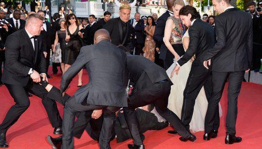 カンヌで『アグリー・ベティ』主演女優のドレスに男性が頭を突っ込んで取り押さえられる(画像)