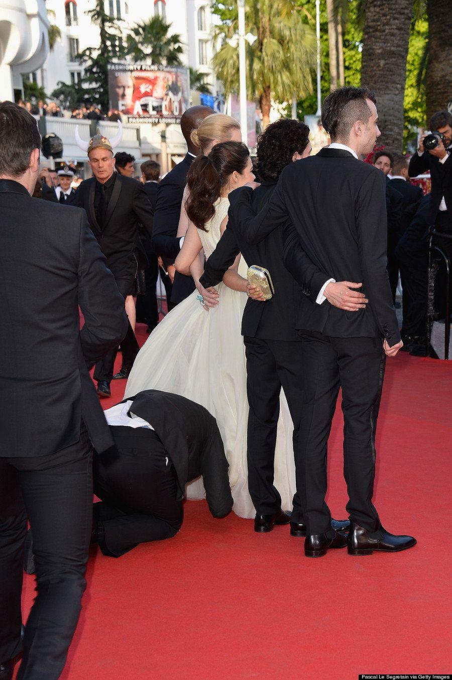 【カンヌ】『アグリー・ベティ』のアメリカ・フェレーラのドレスに男性が頭を突っ込んで取り押さえられる(画像)