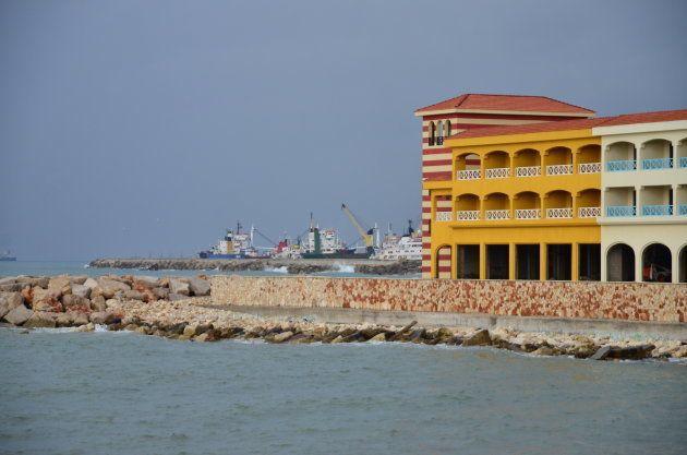 停泊中の船の向こう側にロシア海軍の燃料補給地があるとみられる=2013年1月、タルトゥース