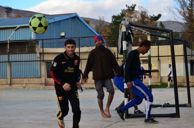 サッカーを楽しむ若者
