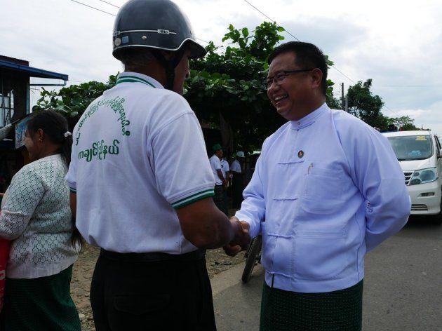 当選した連邦団結発展党(USDP)のシフドゥエ候補。活動中は熱心に有権者と握手を繰り返していた=11月、カチン州ミッチーナ、染田屋竜太撮影