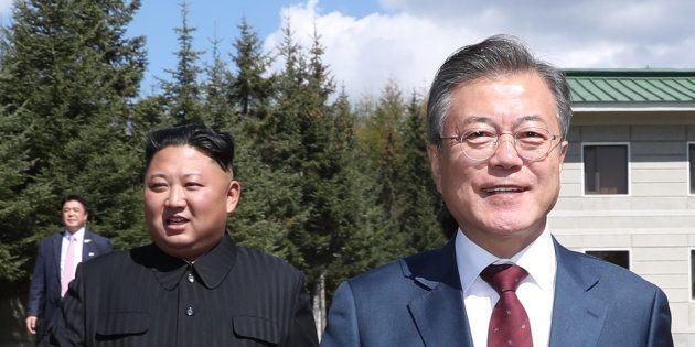 2018年9月20日、北朝鮮・三池淵。北朝鮮の金正恩委員長(左)と韓国の文在寅大統領(右)。