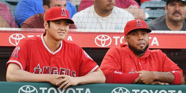大谷翔平選手(左)とベンチで試合を見届けるルイス・バルブエナ選手=2018年7月