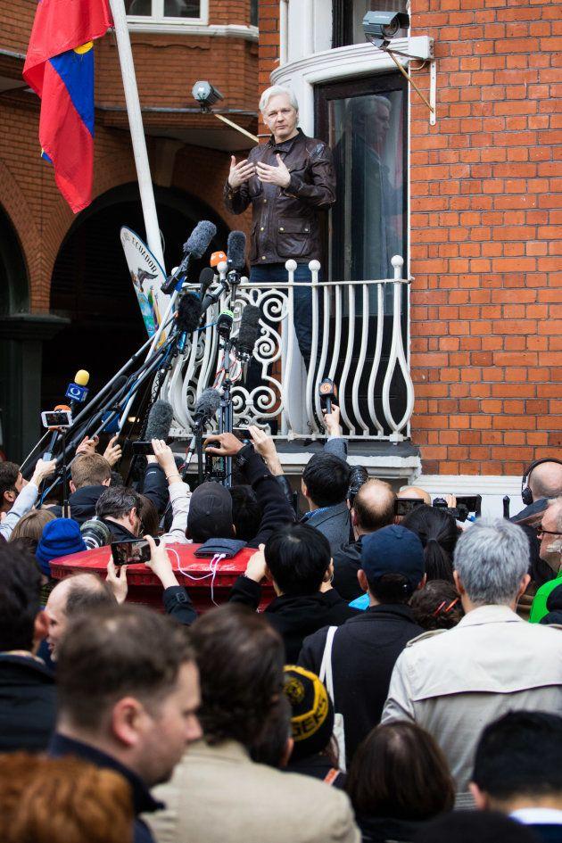 エクアドル大使館のバルコニーに姿を表し、記者団の取材に応じるアサンジ氏=2017年5月、ロンドン