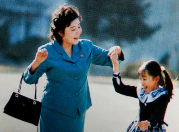 孫と遊ぶリ・チュニ氏。2008年4月、平壌。