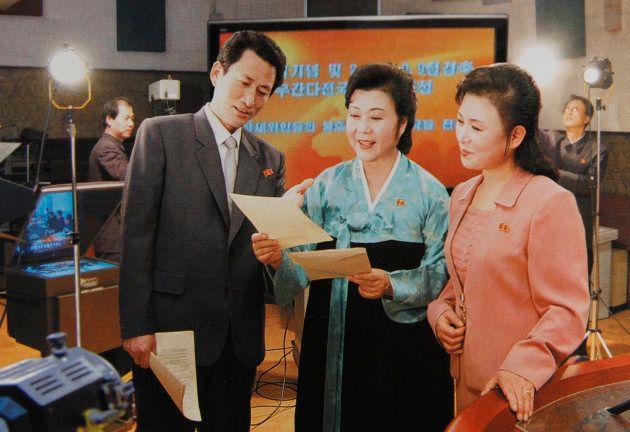 同僚たちと話をするリ・チュニ氏(中央)。2008年4月、平壌。