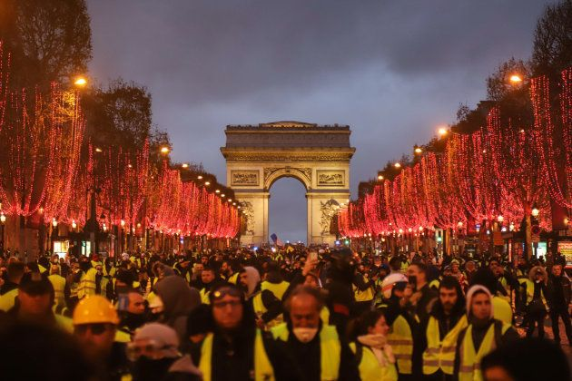 凱旋門で行われた大規模デモ