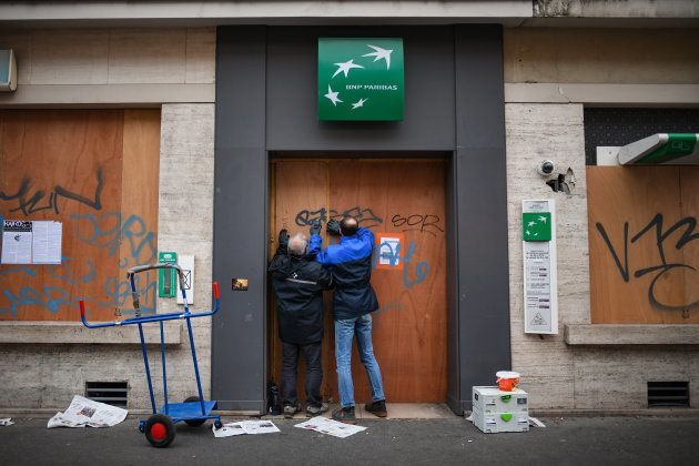 レピュブリック広場近くのお店を閉鎖する人たち