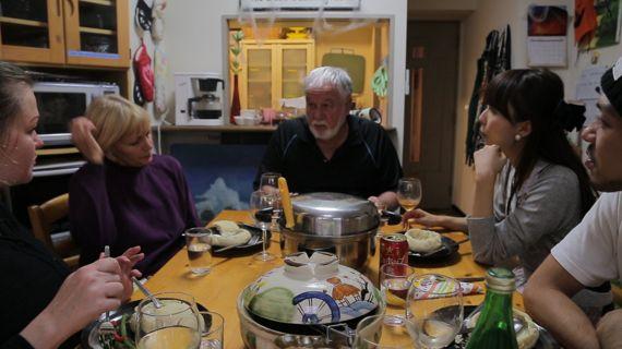 アメリカ人にアップルパイを焼いてもらいながら聞いてみた。「アメリカの家庭料理と言えば?」【世界の食卓を旅する動画