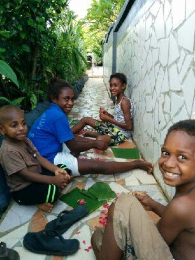 「こっちに来て!」と呼ばれて行ってみると子どもたちがお花でネックレスを作っていました。