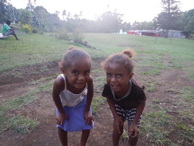 2人は双子ですが、同じ村で実母と養母それぞれ違う親に育てられています。