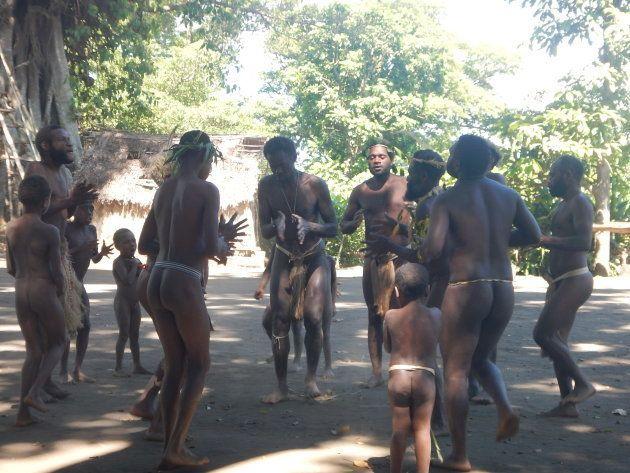 現代的な生活をするバヌアツ人がいる一方、今でも伝統的な生活スタイルを守り続けている民族もいます。彼らの生活は常に自然を尊重し共に生きるというスタイル。