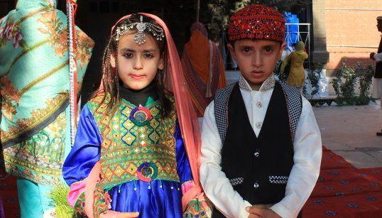 写真撮影に緊張したのか、少し表情の硬い子どもたち。ハイバル・パフトゥンハー州の結婚式やお祭りなどで着る民族衣装を着用しています