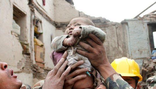 5カ月の赤ちゃん、がれきの中から生還 パパとママにニッコリ【ネパール大地震】
