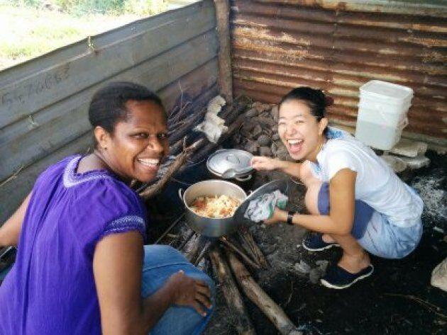 島ではガスは使えない。木の枝を集めて火を燃やし料理して皆で一緒にご飯を食べる。「誰かと一緒に食事をする」些細だけれども幸せを感じます。