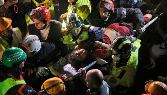 ネパール大地震、127時間ぶりに女性救出 首都カトマンズでは国民の不満高まる