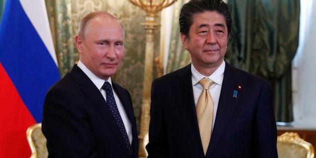 日ソ共同宣言(1956年)を基礎にした平和条約締結交渉を進めることになるロシアのプーチン大統領(左)と安倍晋三首相。1月22日、モスクワで両首脳は会談する