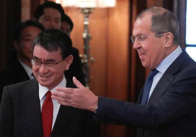 ロシアのラブロフ外相(右)との会談に臨む河野太郎外相=1月14日、モスクワ