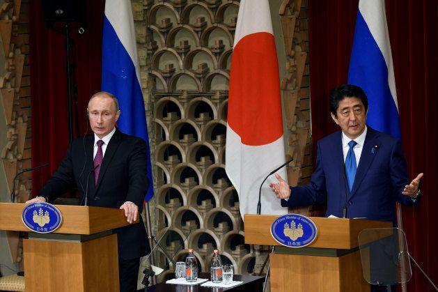 首脳会談後に共同記者会見する安倍首相(右)とプーチン大統領=2016年12月、東京