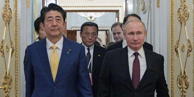 会談に臨む安倍晋三首相(左)とプーチン大統領=1月22日、モスクワ