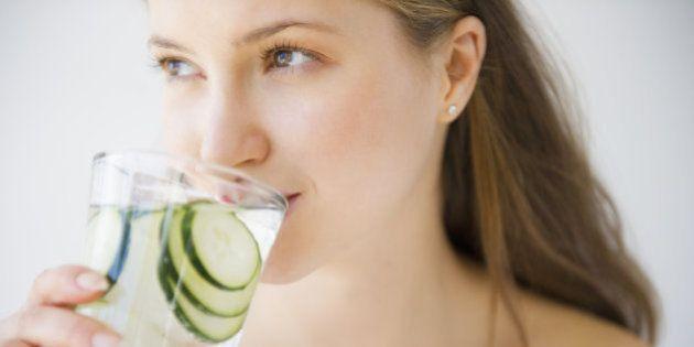 健康でいるために、1日に飲まなければいけない水の量はどれくらい?