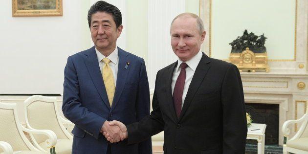 会談に臨む安倍晋三首相(左)とロシアのプーチン大統領=1月22日、モスクワ