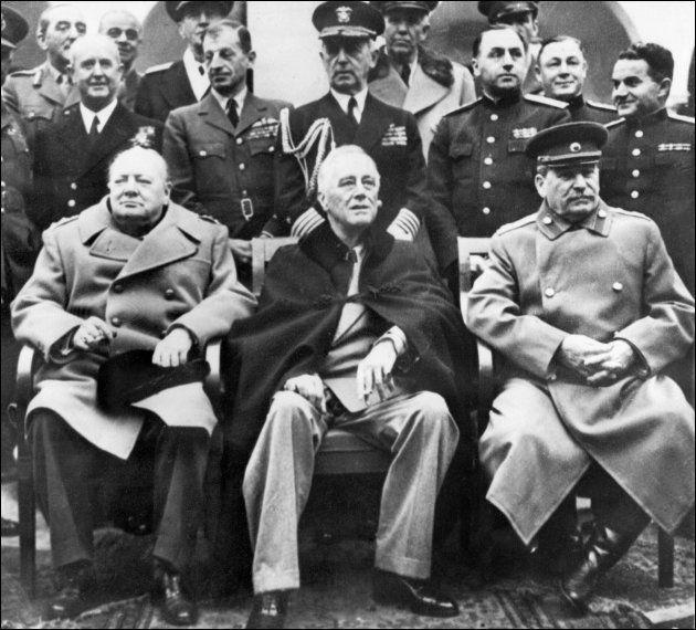 ヤルタ協定を結んだソ連の最高幹部スターリン氏(右)、アメリカのルーズベルト大統領(中央)、いぎりすのチャーチル首相=1945年2月、ヤルタ