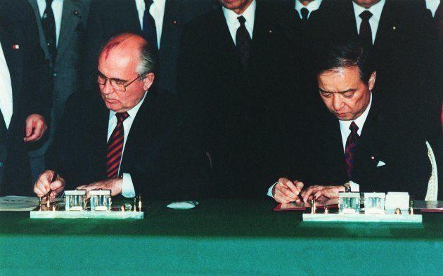 日ソ共同声明に署名する海部俊樹首相(右)とゴルバチョフ大統領=1991年4月、東京