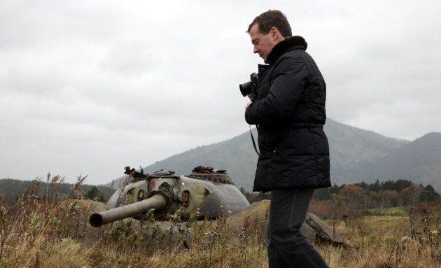 国後島を散策するメドベージェフ大統領(当時)=2010年11月