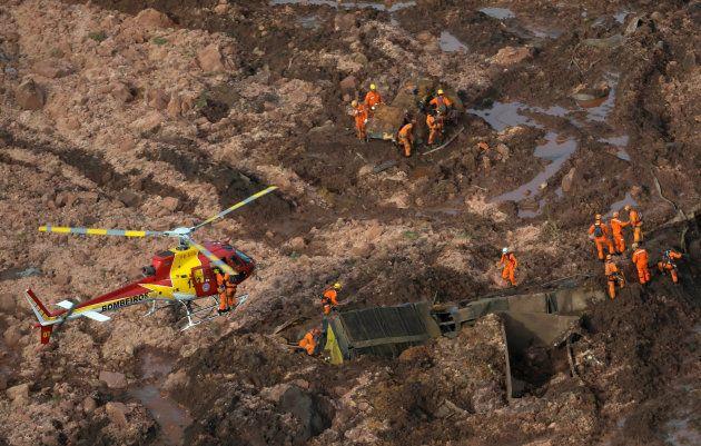 鉱山からの汚泥で埋まった地域で救助するレスキュー隊員(1月25日撮影)