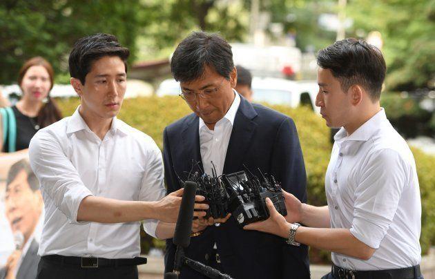 出廷する安熙正氏(中央)。2018年8月14日、韓国ソウル。(Photo by Jung Yeon-je / AFP/Getty
