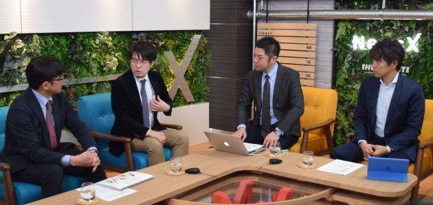北方領土問題で意見を交わす産経新聞の佐々木正明記者(左)と未来工学研究所の小泉悠研究員(左から2人目)、ハフポスト日本版の竹下隆一郎編集長(左から3人目)、ハフポスト日本版の関根和弘記者=1月24日、東京