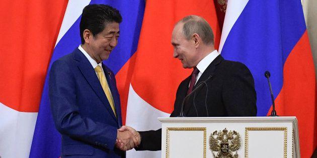 会談後の共同発表で握手する安倍晋三首相(左)とプーチン大統領=1月22日、モスクワ