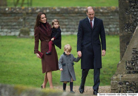 ジョージ王子が、クリスマスのミサに出席 お土産に夢中【画像】